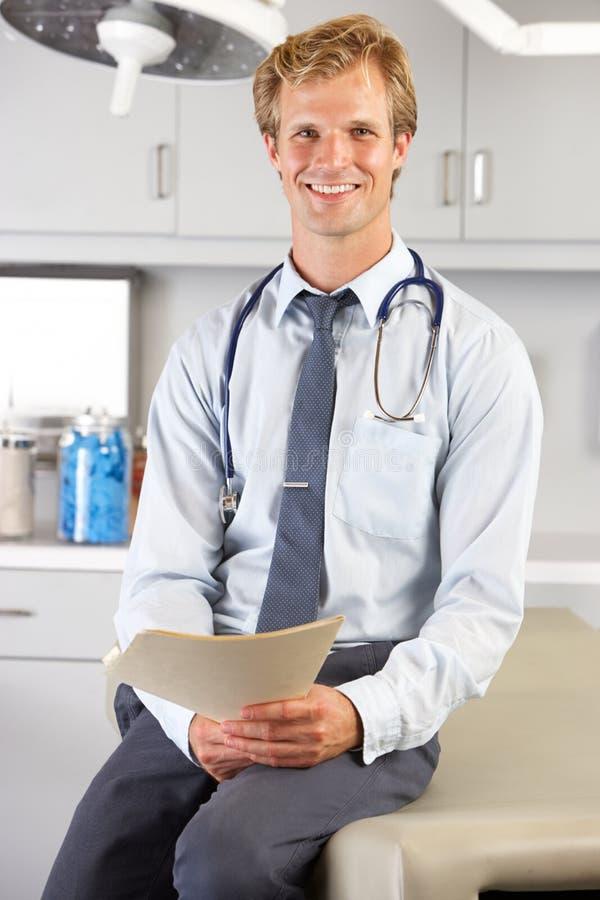 Porträt von Doktor In Doktor Office stockfotos