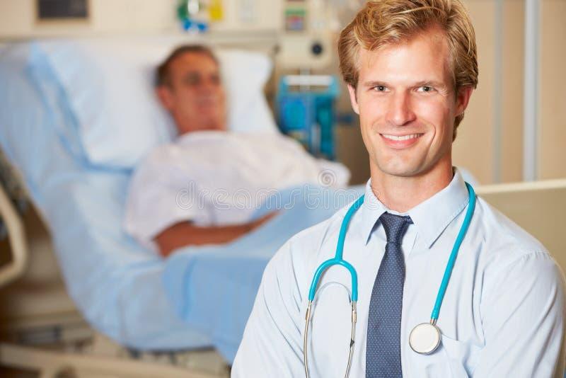 Porträt Von Doktor With Patient In Background Lizenzfreie Stockfotos