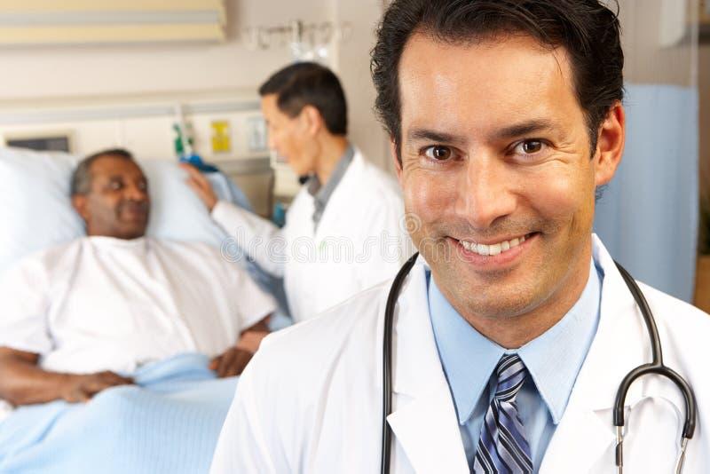 Porträt von Doktor With Patient In Background stockfotos