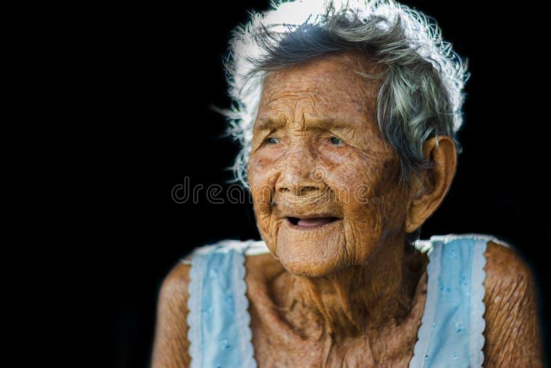 Porträt von drücken und hilflose ältere Frau, Großmuttersitzen nieder lizenzfreies stockbild
