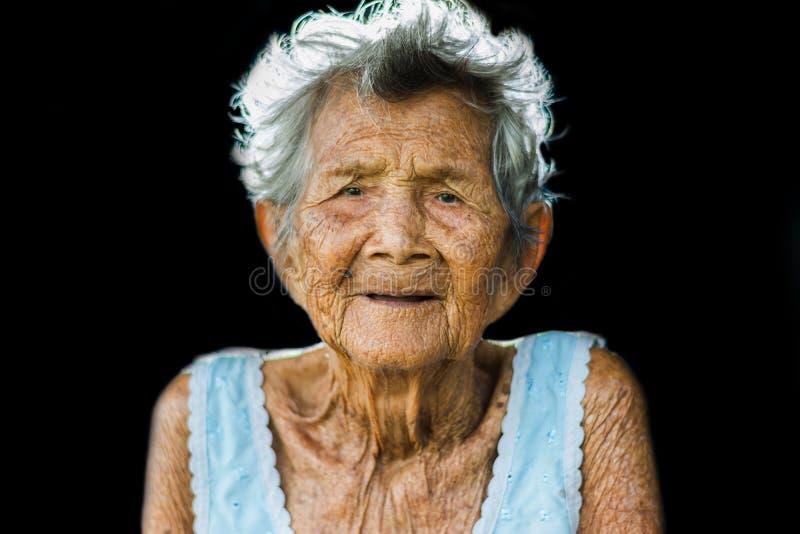 Porträt von drücken und hilflose ältere Frau, Großmuttersitzen nieder stockfotografie