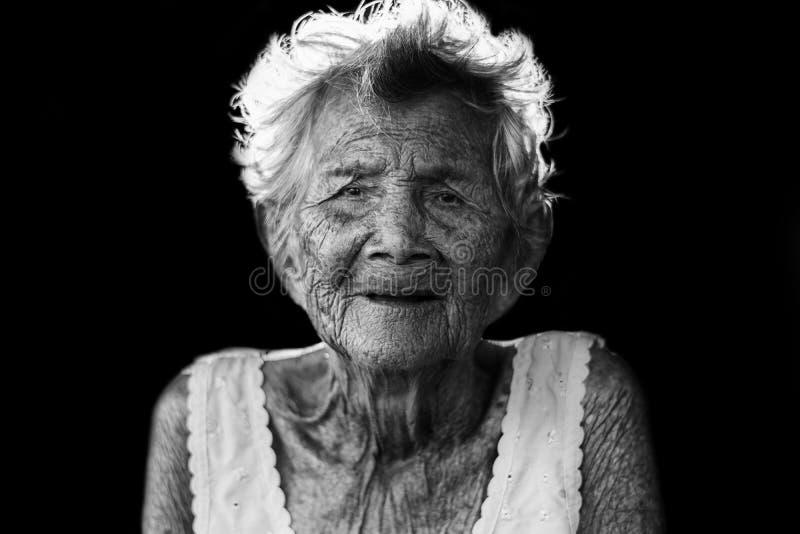 Porträt von drücken und hilflose ältere Frau, Großmuttersitzen nieder lizenzfreies stockfoto