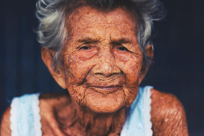 Porträt von drücken und hilflose ältere Frau, Großmuttersitzen nieder lizenzfreie stockbilder
