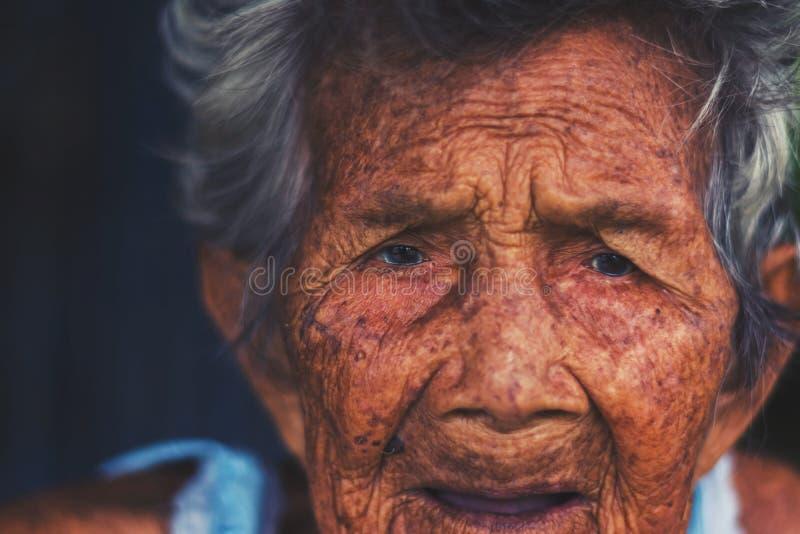 Porträt von drücken und hilflose ältere Frau, Großmuttersitzen nieder stockbild