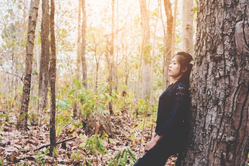 Porträt von drücken und hoffnungslose Ruhe der jungen Frau selbst nieder lizenzfreie stockfotografie