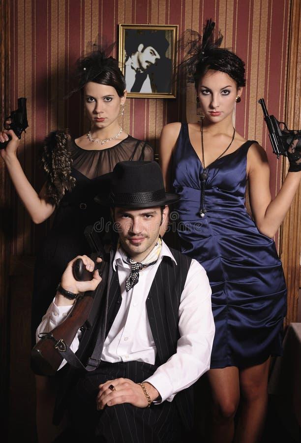 Porträt von drei Gangstern mit Gewehren. stockbild