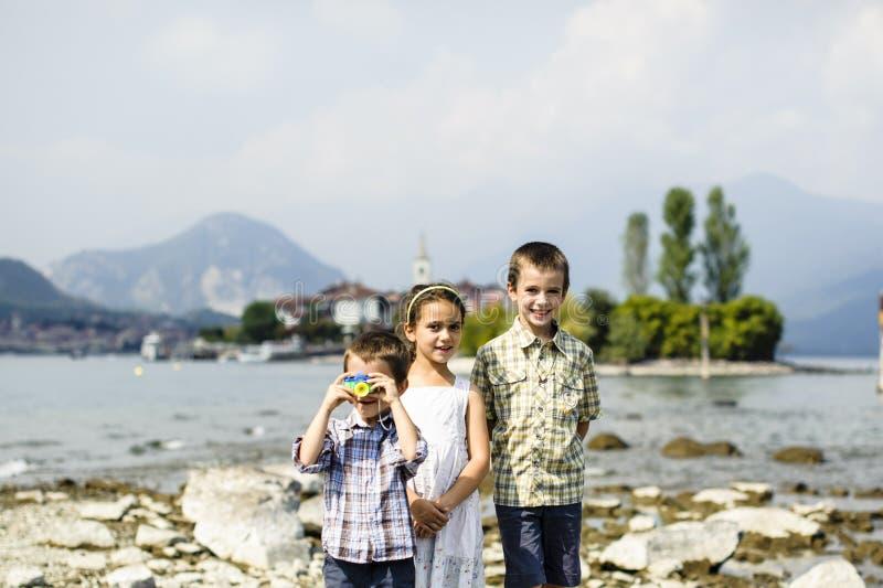 Porträt von drei Kinderbrüdern und -schwester in im Freien auf stockbilder