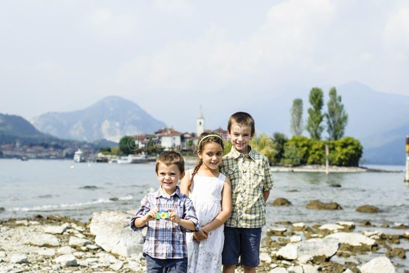 Porträt von drei Kinderbrüdern und -schwester in im Freien auf stockfotografie