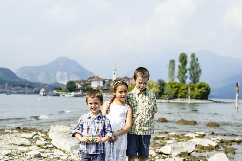 Porträt von drei Kinderbrüdern und -schwester in im Freien auf lizenzfreie stockfotografie