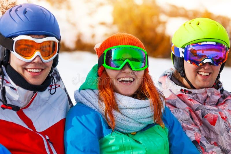 Porträt von drei lächelnden Kameraden, die Schutzbrillen tragen stockfotografie