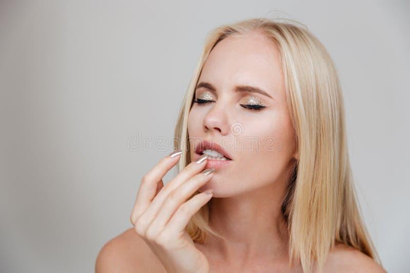 Porträt von einem nachdenklichen thougtful recht blonden lizenzfreies stockfoto