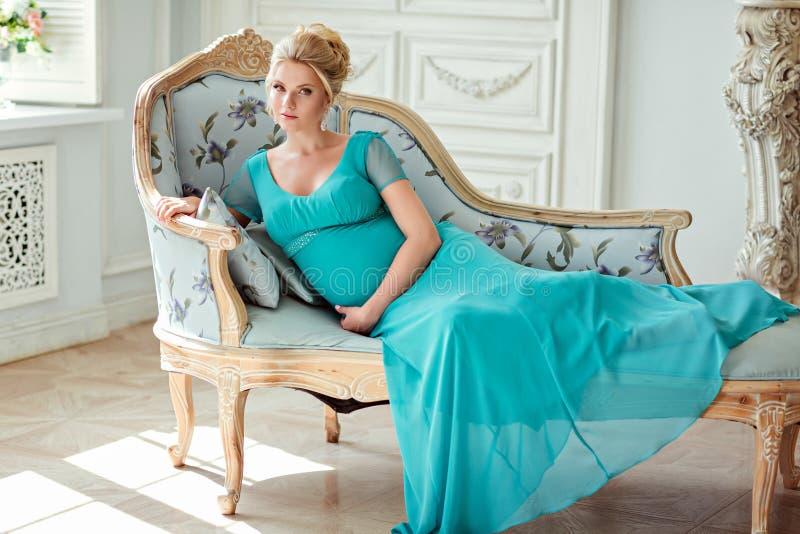 Porträt von einem sehr schönen, süßen, weiblichen und empfindlichen blonden stockbild