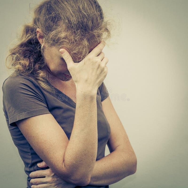 Porträt von einer traurigen Frau lizenzfreie stockfotografie