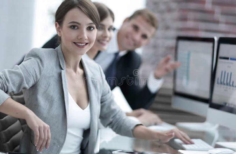 Porträt von erfolgreichen Geschäftsfrauen an dem Arbeitsplatz stockfotos