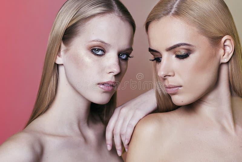 Porträt von Frau zwei mit dem blonden Haar hergestellt im Studio stockfoto