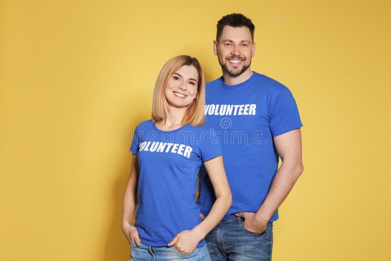 Porträt von Freiwilligen in der Uniform auf Gelb stockfoto