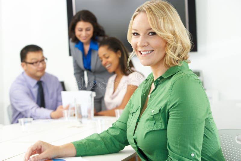 Porträt von Geschäftsfrau-In Boardroom With-Kollegen lizenzfreie stockfotos