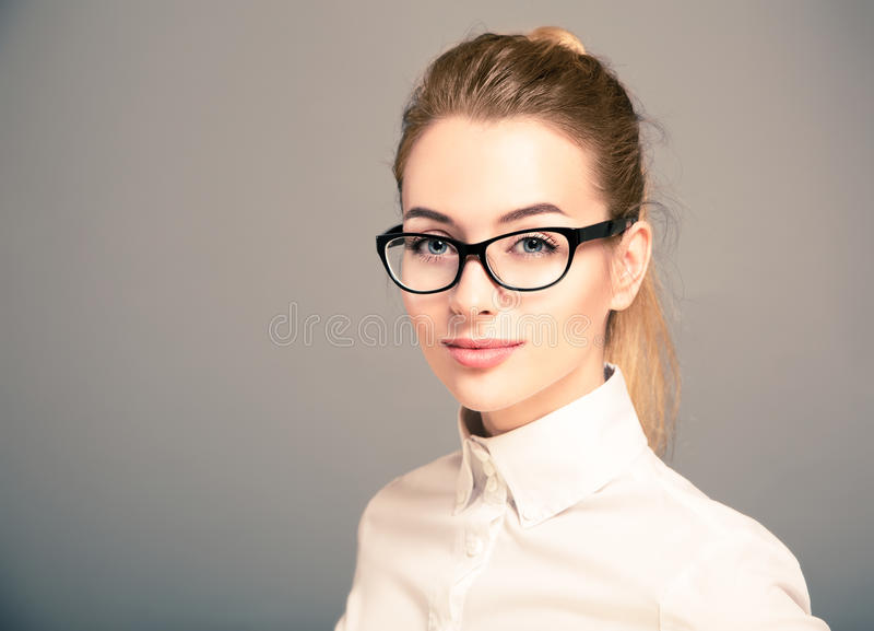Porträt von Geschäftsfrau-tragenden Gläsern stockfotos