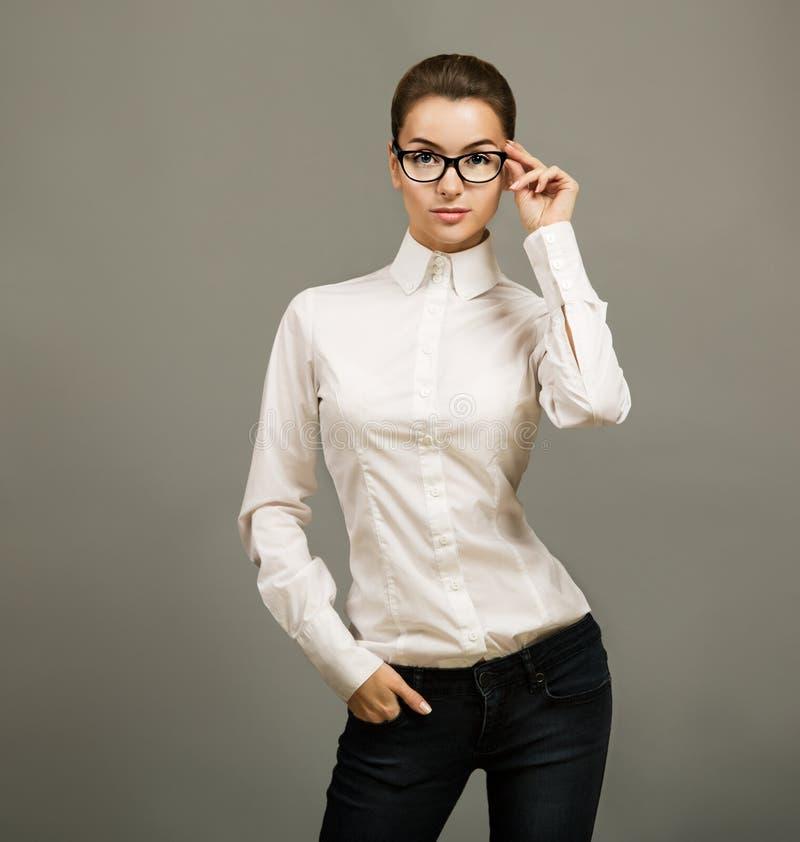 Porträt von Geschäftsfrau-tragenden Gläsern stockfoto