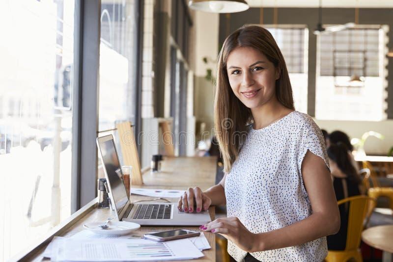 Porträt von Geschäftsfrau-Working In Coffee-Shop lizenzfreie stockbilder
