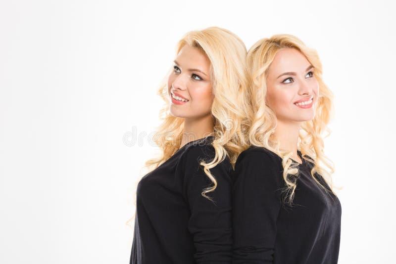 Porträt von glückliche durchdachte Schwestern paart oben schauen stockfotografie