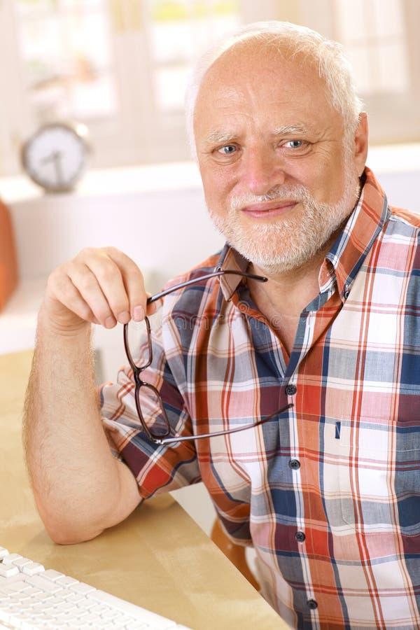 Porträt von glücklichem Lächeln des älteren Mannes lizenzfreies stockfoto