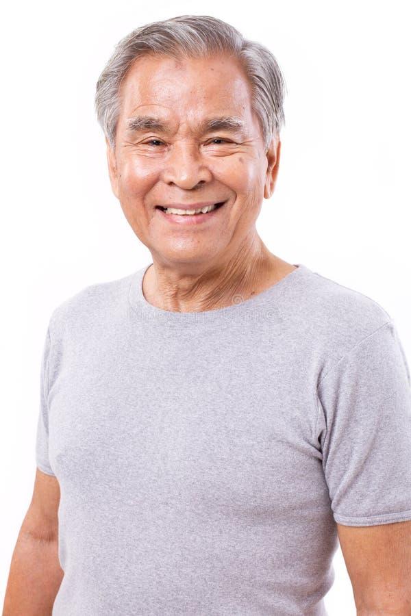 Porträt von glücklichem, lächelnd, positiver älterer asiatischer Mann stockbild