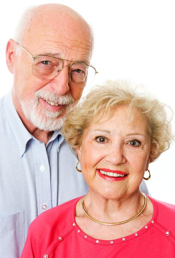 Porträt von glücklichen älteren Paaren lizenzfreie stockfotografie