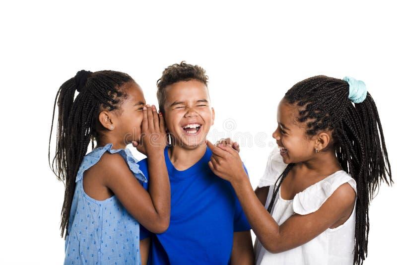 Porträt von glücklichen drei schwarzen Kindern, weißer Hintergrund lizenzfreie stockbilder
