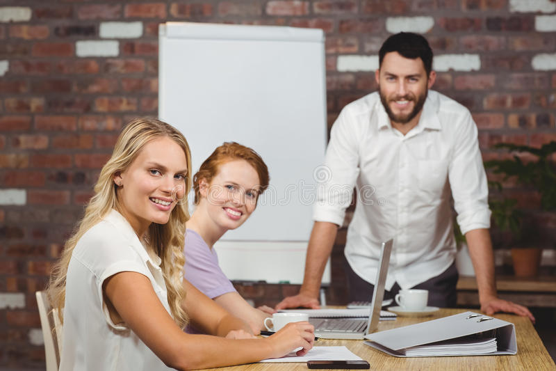 Porträt von glücklichen Geschäftsleuten während der Darstellung stockfotos