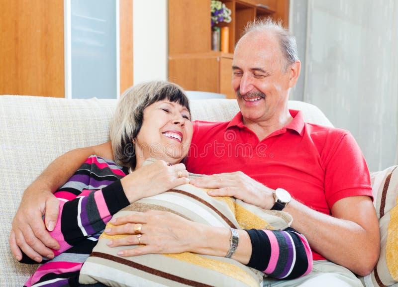 Porträt von glücklichen gewöhnlichen reifen Paaren stockfoto
