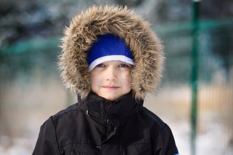 Porträt von glücklichen 6 Jahren Jungen in der Winterzeit lizenzfreies stockfoto