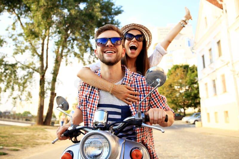 Porträt von glücklichen jungen Paaren auf dem Roller, der Autoreise genießt stockfotos