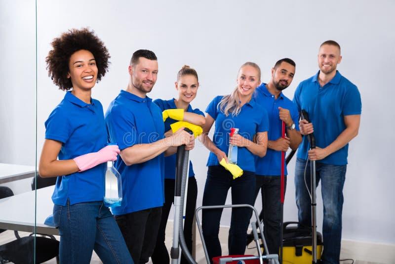 Porträt von glücklichen männlichen und weiblichen Hausmeistern stockbilder