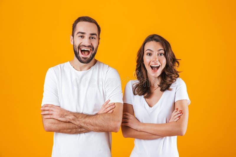 Porträt von glücklichen Menschen Mann und Frau in der grundlegenden Kleidung lächelnd, bei der Stellung zusammen lokalisiert über lizenzfreies stockbild