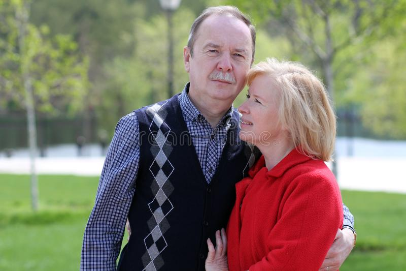 Porträt von glücklichen reifen Paaren draußen stockbild