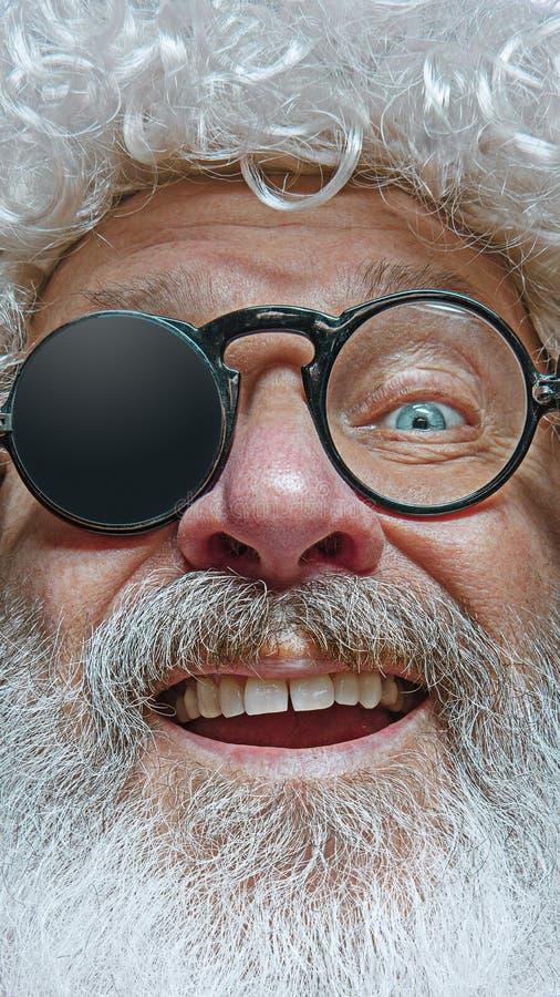Porträt von glücklicher Santa Claus Weihnachtsfeierkonzept lizenzfreies stockbild