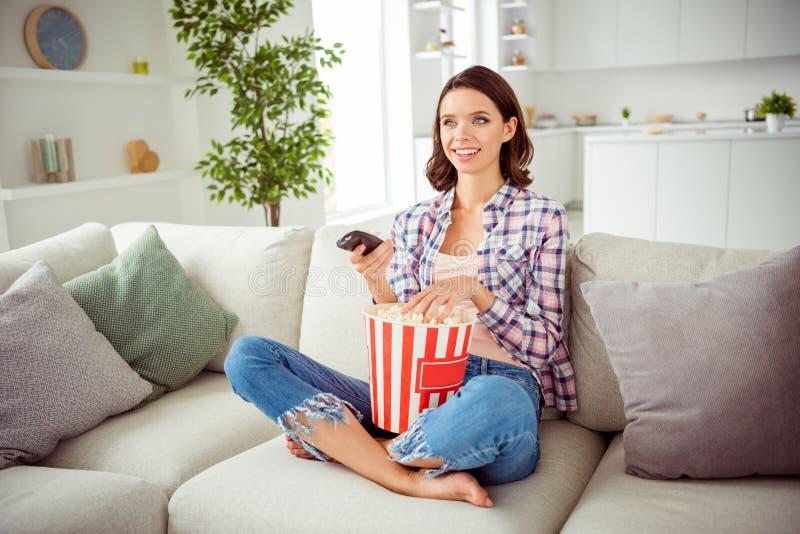 Porträt von Griffhandfernsehprogrammen des reizend netten jugendlich Jugendlichen schönen positiven netten erfüllten spornte an stockbild