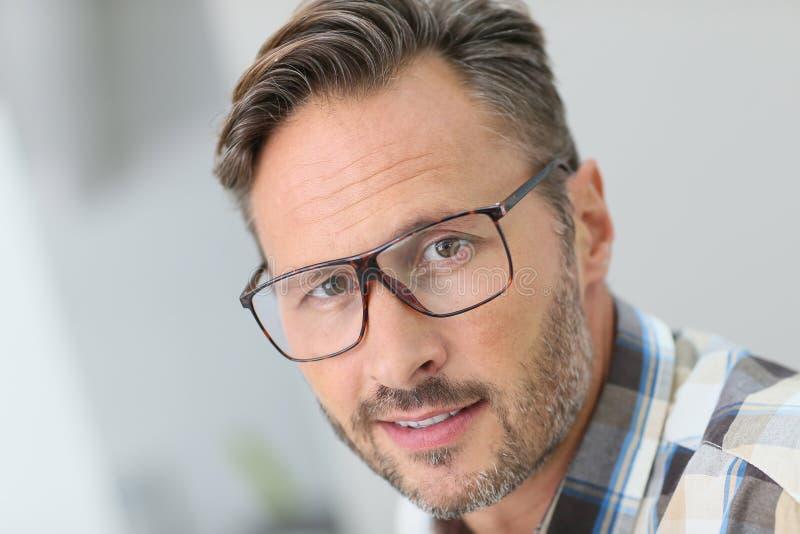 Porträt von hübschen tragenden Brillen des jungen Mannes stockbild