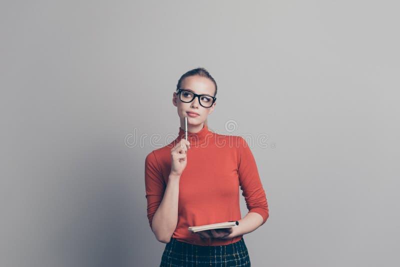 Porträt von ihr sie Mädchen-Brillen Eyewear des netten recht reizenden attraktiven Genies kluger, der in der Hand Notizbuch hält lizenzfreie stockfotografie