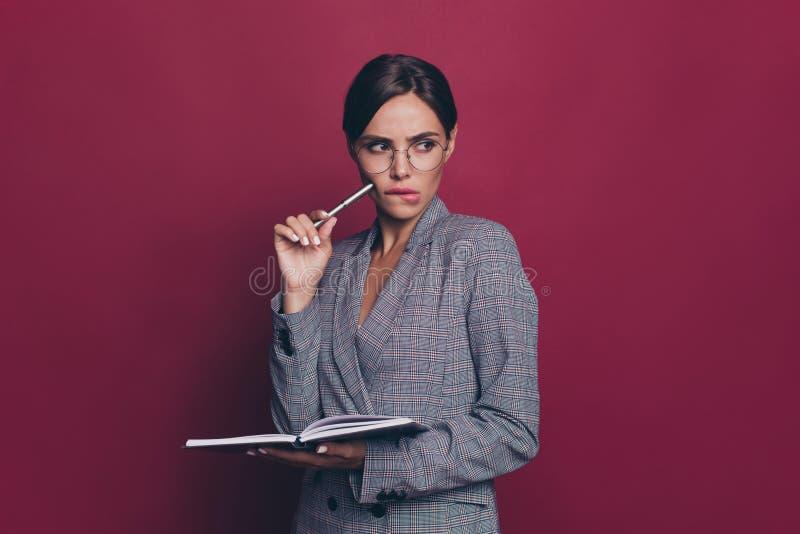 Porträt von ihr sie nette attraktive reizende anziehende zweifelhafte intelligente kluge intelligente Dame, die grauen karierten  lizenzfreie stockfotos