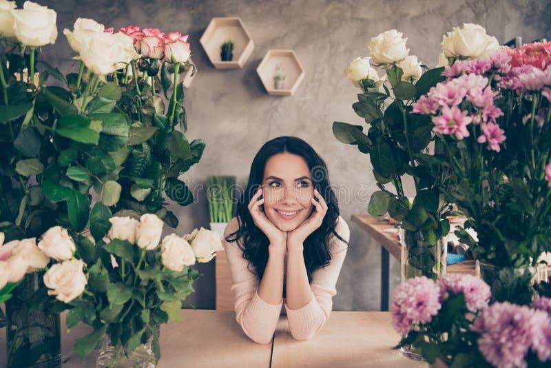 Porträt von ihr sie nette attraktive reizende liebenswürdige süße reizend nette nette weibliche gewellt-haarige Dame 8-March stockfotografie