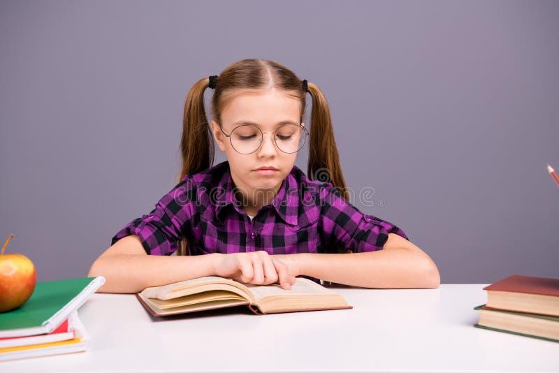 Porträt von ihr sie nette attraktive reizende reizend nette fokussierte starke intellektuelle kluge Mädchenlesehausaufgaben lizenzfreies stockfoto