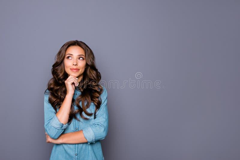Porträt von ihr sie nette reizende attraktive anziehende süße nette gewellt-haarige Dame, die das Kinn beiseite schaut Ironie ber lizenzfreie stockfotos