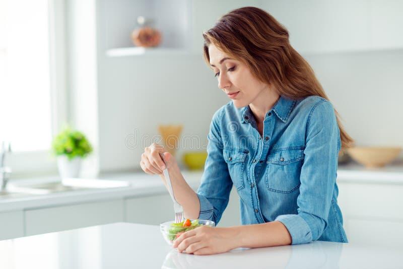 Porträt von ihr sie nette reizende reizend nette attraktive traurige gebohrte braunhaarige Dame, die herein Salatmischungs-Bauern stockfotos