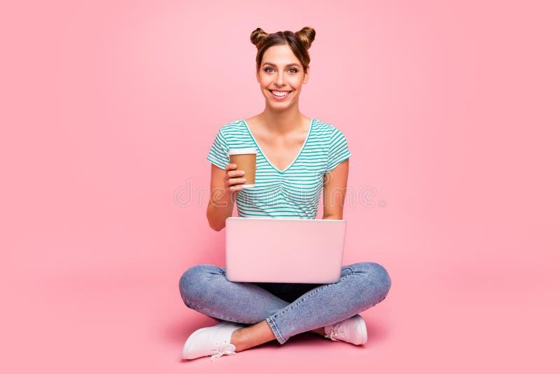 Porträt von ihr sie nettes reizendes hübsches reizend nettes nettes heitres Mädchen, das auf dem Boden studiert on-line-Kursklass stockfoto