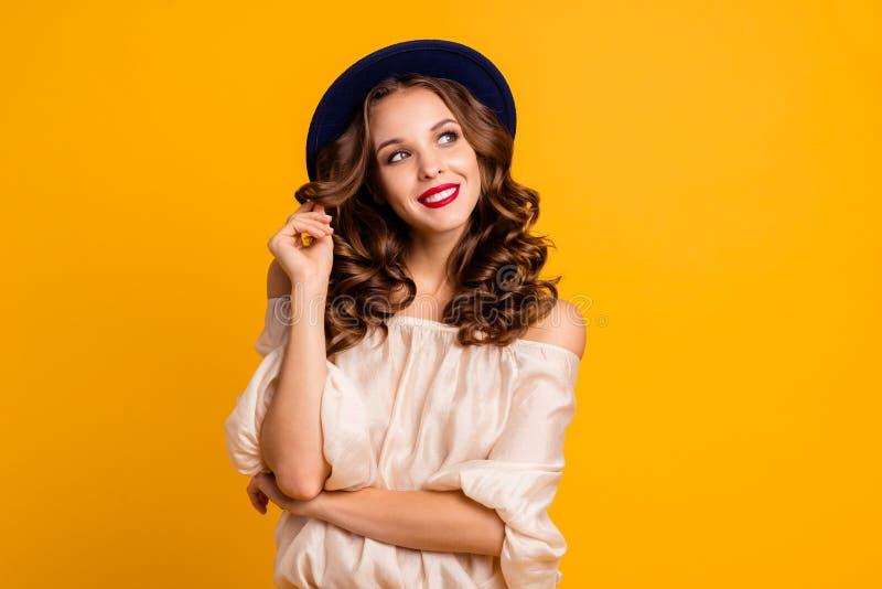 Porträt von ihr sie schön aussehende attraktive gut-gepflegte anziehende reizende hübsche nette heitre träumerische gewellt-haari stockfotos