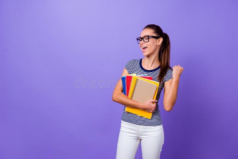 Porträt von ihr sie schön aussehende attraktive reizende reizend nette nette heitre Mädchenholding in der Handbuchvertretung lizenzfreies stockfoto