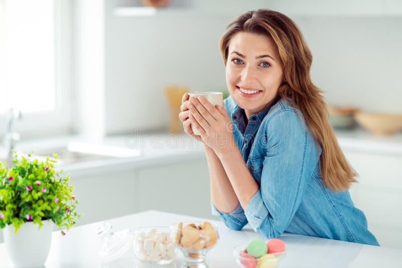 Porträt von ihr sie schön aussehende reizende süße entzückende reizend attraktive nette heitre träumerische braunhaarige Dame stockfotos