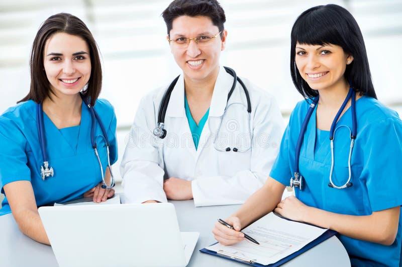 Porträt von intelligente junge Doktoren stockbilder